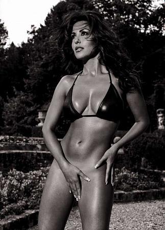 Sabrina Ferilli mentre domostra come l'esibizionismo della stripteuse è contrario alla sua personalità
